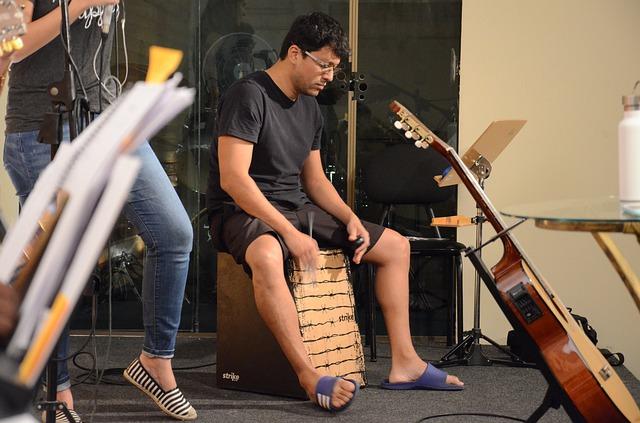 Cajon sudah menjadi alat musik ritmis praktis dan sering dijumpai dalam event akustikan.