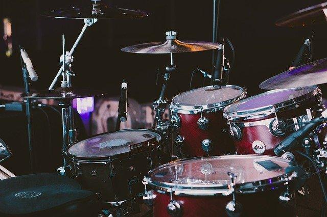 Drum adalah alat musik ritmis yang sangat sering dijumpai dalam komposisi musik modern.